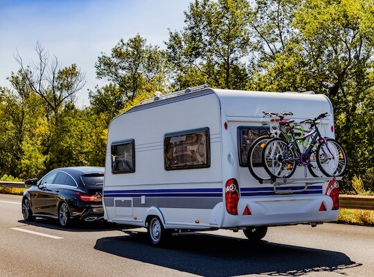 Wohnwagen wird auf der Autobahn transportiert