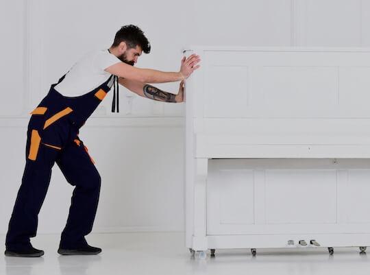 hombre realizando un servicio de retirada de pianos