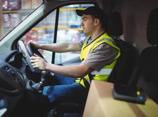chauffeur-livreur dans une camionnette