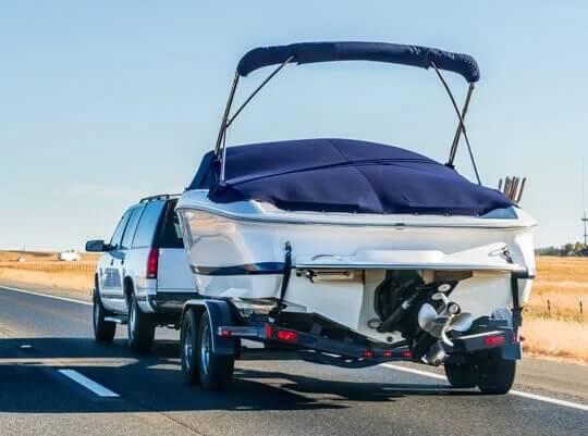 una barca su un rimorchio in transito